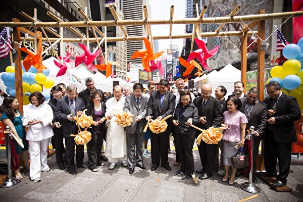 大紀元媒體集團不受中共收買,是獨立敢言的中文媒體而受到大陸新移民的歡迎,也為西方的商家打通了開拓華人市場的渠道。圖為,2015年6月26日,由新唐人電視台和《大紀元時報》聯合主辦的北美最大「亞洲美食節」在紐約時代廣場鳴鑼開幕。現場剪綵。(愛德華/大紀元)