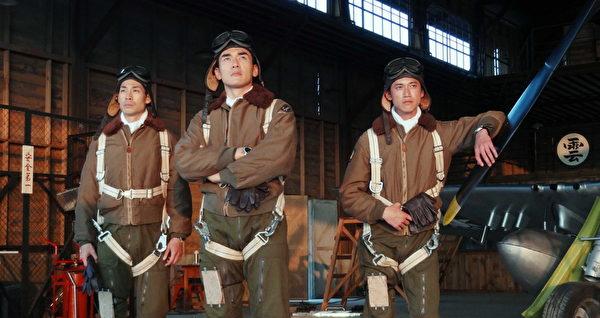 (左起)藍鈞天、楊一展、吳慷仁在《一把青》中飾演飛行員。(攝影許培鴻/公視提供)
