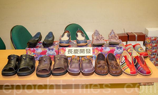 长庆鞋业展示公司产品。(郑顺利/大纪元)