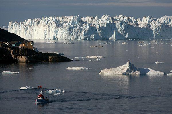 一艘船駛在靠近格陵蘭島伊盧利薩特港。(Uriel Sinai/Getty Images)