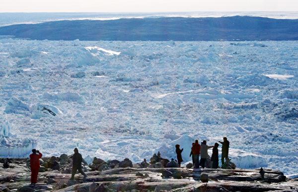遊客俯瞰伊盧利薩特峽灣雅各港冰川。(STEEN ULRIK JOHANNESSEN/AFP/Getty Images)