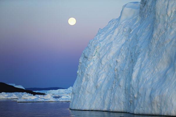 欣賞格陵蘭島雅各港冰川滿月美景。(Joe Raedle/Getty Images)