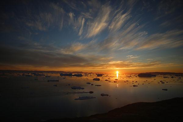 欣賞格陵蘭島伊盧利薩特雅各港冰川日落美景。(Joe Raedle/Getty Images)