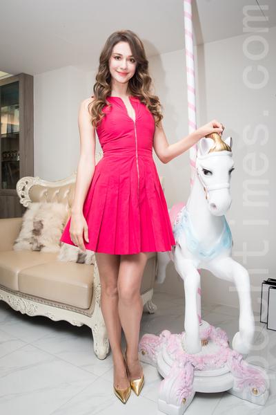 名模瑞莎11月2日在台北出席美髮店開幕,並擔任一日店長。(陳柏州/大紀元)