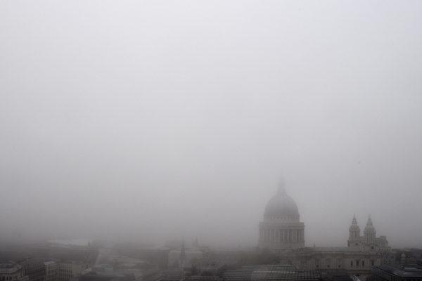 浓雾锁英伦  数百航班被取消