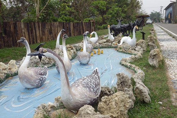 在水中戏水的鹅群,非常可爱。是理事长廖世恭之作。(廖素贞/大纪元)