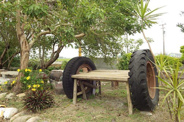 兩個廢棄的車輪,訴說著「車輪伯」孤苦一生的故事。(廖素貞/大紀元)