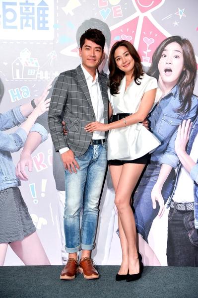 王傳一(左)、洪小鈴出席華劇《戀愛鄰距離》首映會。(三立提供)