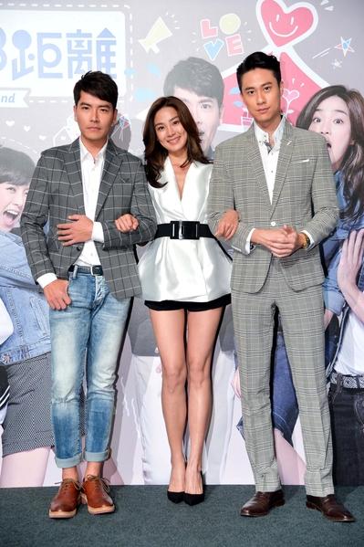 華劇《戀愛鄰距離》昨(3)日舉辦首映會,劇中主要演員王傳一、洪小鈴、劉書宏等都出席。(三立提供)