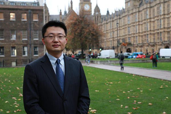 """李云翔导演在获奖后时说:""""我感到这是一个非常高的荣誉""""。图为李云翔在英国议会大厦前。(David Sun/大纪元)"""