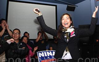 得知当选首位华裔昆士市议员后,梁秀婷非常开心,支持者也都欣喜万分。(王尚德/大纪元)