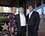 2015年11月5日,英國名導雷德利‧斯科特(中)成為好萊塢星光大道第2564顆星。授星儀式上,羅素‧克勞(右)、克里斯汀‧韋格(左)現身祝賀。(Kevork Djansezian/Getty Images)