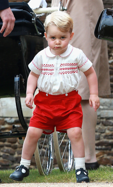 今年7月5日,乔治王子以这身衣服出现在夏绿蒂小公主的受洗仪式上,已经让人们惊呼不已了。 (Chris Jackson/Getty Images)