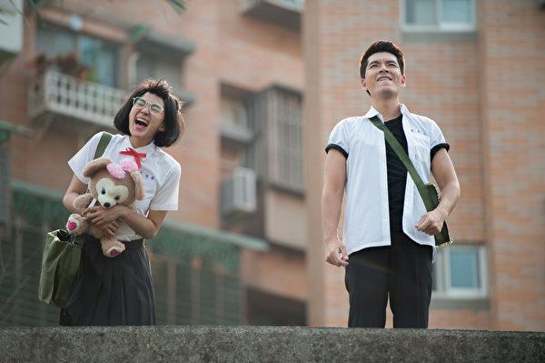《戀愛鄰距離》洪小鈴(左)與王傳一,重返學生時代。(三立提供)