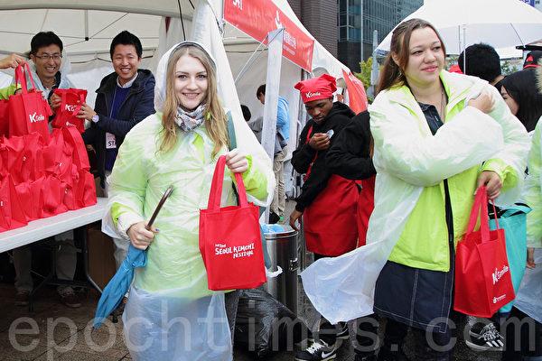 第二届首尔泡菜庆典,外国人踊跃参与。(全宇/大纪元)