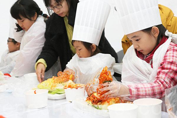 第二届首尔泡菜庆典期间,孩子们体验做泡菜。(全宇/大纪元)