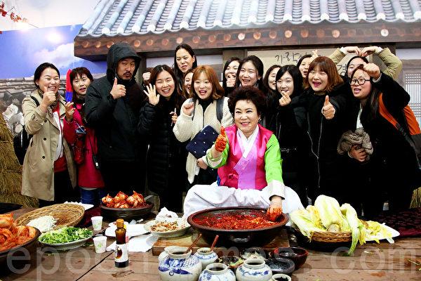 第二届首尔泡菜庆典,民众踊跃参与。(全宇/大纪元)