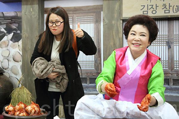 第二届首尔泡菜庆典期间,包括两千名外国人在内的六千人共制作了50吨泡菜。(全宇/大纪元)