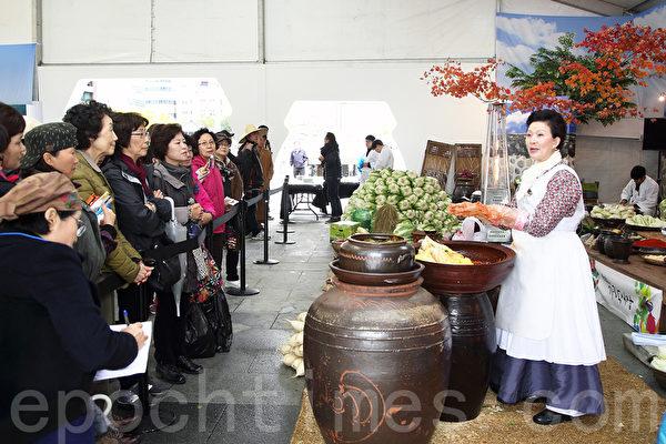第二届首尔泡菜庆典期间,泡菜名人传授腌制泡菜方法。(全宇/大纪元)