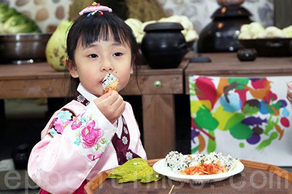 第二届首尔泡菜庆典,孩子品尝泡菜饭。(全宇/大纪元)