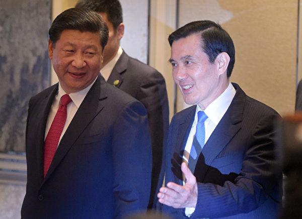 马英九(右)11月7日下午在新加坡香格里拉饭店与习近平(左)会面。(AFP)