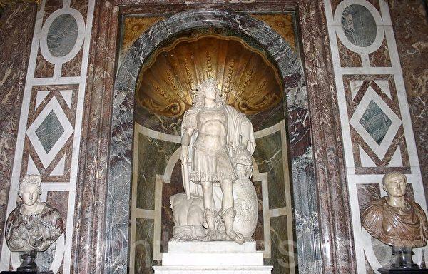 凡爾賽宮路易十四全身雕像(章樂/大紀元)