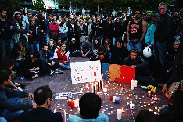 2015年11月14日,新西蘭奧克蘭,人們在城市廣場守夜,悼念巴黎恐怖攻擊中的死難者。(Hannah Peters/Getty Images)