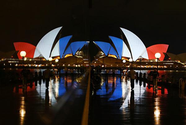 2015年11月14日,澳洲,悉尼歌劇院照亮法國國旗藍、白、紅三色燈光。(Daniel Munoz/Getty Images)