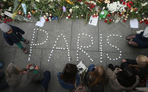 2015年11月14日,德國柏林,人們在法國大使館前悼念巴黎恐怖攻擊中的死難者。(Sean Gallup/Getty Images)