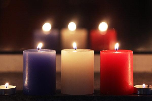 2015年11月14日,韓國首爾,法國使館外燃燒的蠟燭,哀悼巴黎恐怖攻擊。(Chung Sung-Jun/Getty Images)