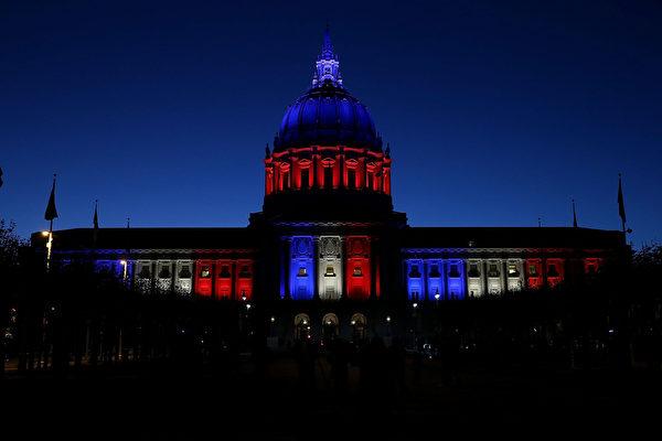 2015年11月14日,加州,舊金山市政廳點亮了法國國旗藍、白、紅三色燈光。(Justin Sullivan/Getty Images)