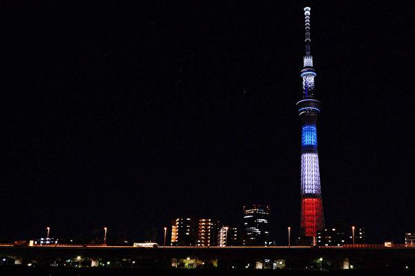 2015年11月15日,日本東京,東京晴空塔照亮法國國旗藍、白、紅三色燈光。(Takashi Aoyama/Getty Images)