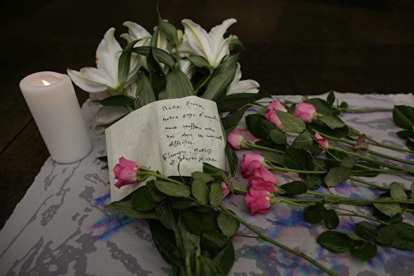 2015年11月15日,蘇格蘭愛丁堡,人們用鮮花,蠟燭安哀悼巴黎恐怖攻擊中的死難者。(James Glossop-WPA Pool/Getty Images)