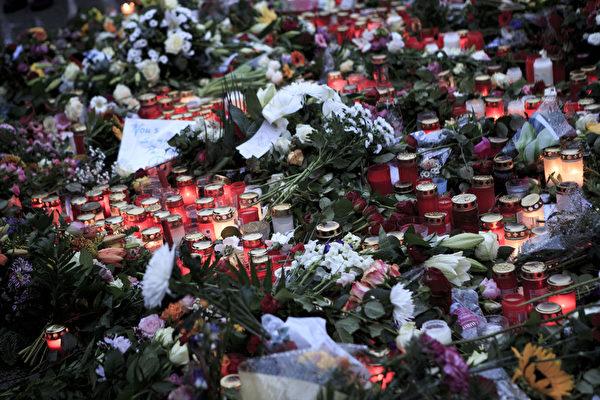 2015年11月15日,德國柏林,人們在法國大使館門口附近擺滿蠟燭和鮮花,悼念巴黎恐怖攻擊受害者。(Carsten Koall/Getty Images)