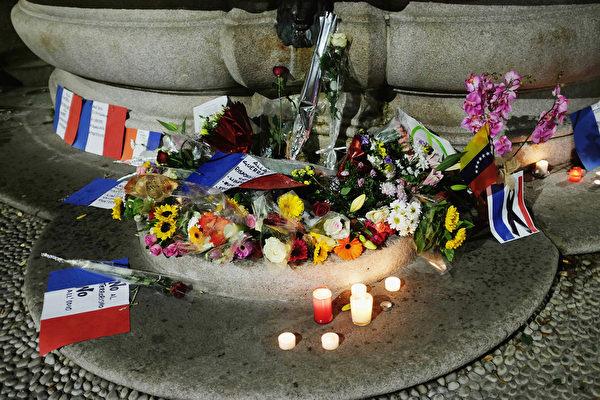 2015年11月15日,意大利米蘭廣場噴泉,人們悼念巴黎恐怖攻擊受害者。(Vittorio Zunino Celotto/Getty Images)