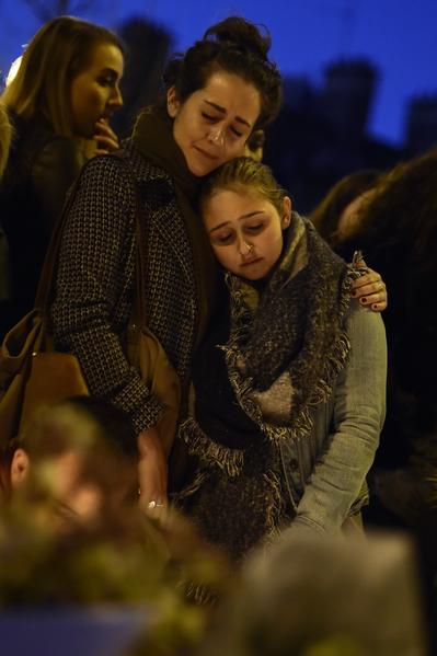 2015年11月15日,巴黎,人們悼念在恐怖攻擊中的死難者。(LOIC VENANCE/AFP)