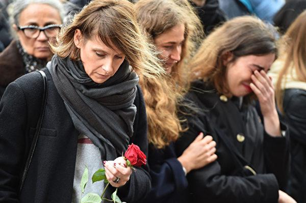 2015年11月16日,法國巴黎,人們聚集為恐怖攻擊受難者默哀。(Jeff J Mitchell/Getty Images)