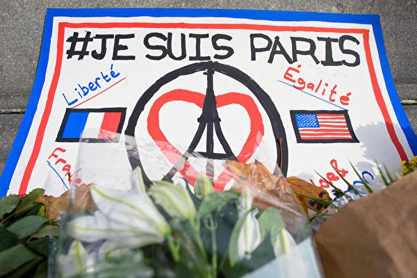 2015年11月16日,英國倫敦,人們聚集在特拉法加廣場為巴黎恐怖攻擊受難者默哀。(Ben Pruchnie/Getty Images)