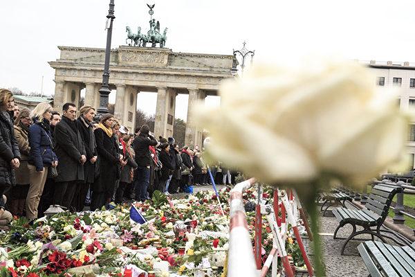 2015年11月16日,德國柏林,人們聚集在法國大使館的大門前為巴黎恐怖攻擊受難者默哀。(Carsten Koall/Getty Images)