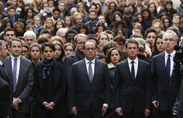 2015年11月16日,巴黎,法國總統歐蘭德和他的內閣閣員身著黑衣,在巴黎大學梭爾邦校本部為恐怖攻擊受難者默哀。(GUILLAUME HORCAJUELO/POOL/AFP)