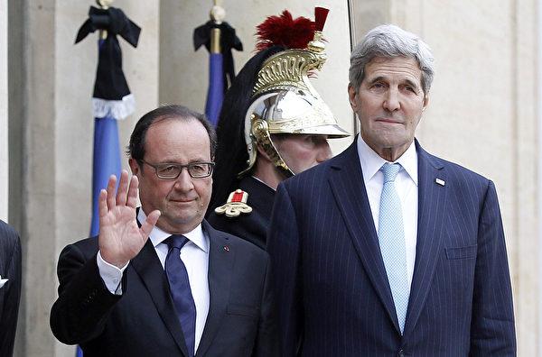 2015年11月17日,美国国务卿克里(右)到访法国,向巴黎遭恐袭案遇难者致哀并与奥朗德总统会面,商讨打击IS计划。(Thierry Chesnot/Getty Images)