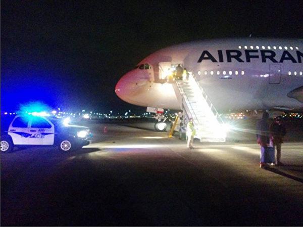 2015年11月17日晚间,两架从美国飞往法国的法国航空公司班机,因传出安全威胁而在飞行途中改飞并迫降其他机场。由于前一阵子才发生巴黎恐袭事件与俄罗斯客机坠毁埃及事件,相关人员严肃处理此次事件。图为编号AF65班机转飞犹他州盐湖城并紧急降落。(Courtesy of@ara.adjamian on Instagram/AFP)