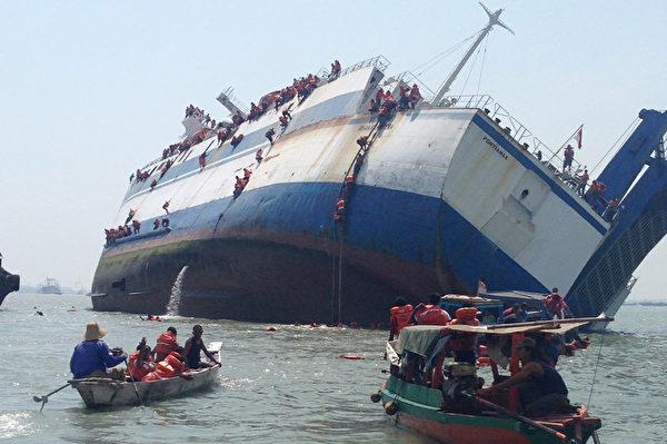 2015年11月16日,一艘载有175名乘客和船员的印尼渡轮在泗水附近发生倾覆事故,因距离岸边很近,许多乘客缘绳跳水逃生,最后所有人员安全获救。(AFP)