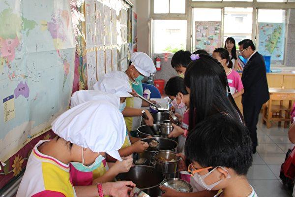 營養午餐的辦理在過程中,培養學生守秩序的好習慣,注重衛生的好習慣及服務的好品德。(李擷瓔/大紀元)