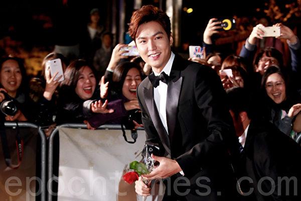 2015年11月20日晚,在首爾KBS大廳舉行52屆大鐘獎電影節頒獎儀式。圖為李敏鎬。(全宇/大紀元)