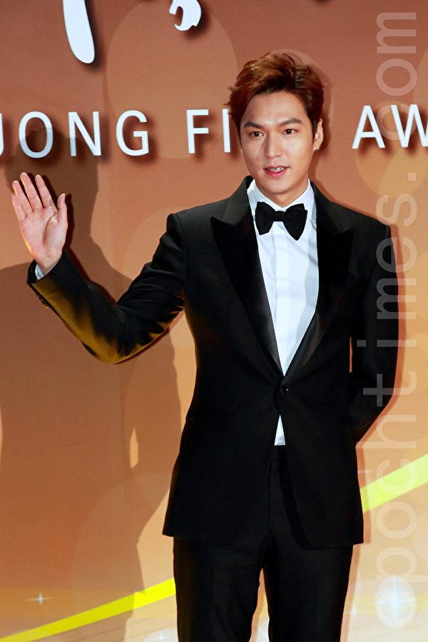 2015年11月20日晚,在首爾KBS大廳舉行52屆大鐘獎電影節頒獎儀式。之前群星亮相紅地毯。圖為李敏鎬。(全宇/大紀元)