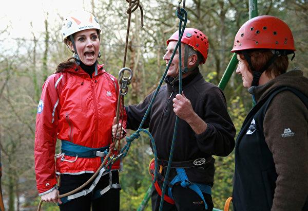 11月20日,威廉王子夫妇乘直升机抵达北威尔士,进行慈善活动,主要关注年轻人的精神健康问题。他们访问了位于雪墩国家公园户外教育中心,凯特王妃展现好运动和大胆的一面,她身穿紧腿裤、戴着头盔进行绕绳下降和攀岩运动。(Chris Jackson /Getty Images)