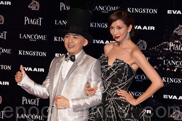 2015年11月21日,台湾台北,第52届金马奖典礼主持人黄子佼(左)与林志玲盛装亮相。(叶觉/大纪元)