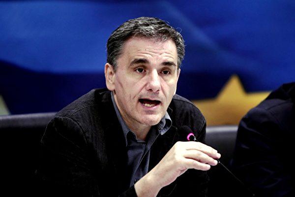 2015年11月17日,希腊财政部长Euclid Tsakalotos在新闻发布会上宣布希腊已经达成了一项协议,可获得国际债权人提供大约120亿欧元资金,其中包括20亿欧元的救助资金,以及让希腊主要银行改变资本结构的100亿欧元资金。(ANGELOS TZORTZINIS/AFP/Getty Images)