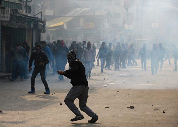 2015年11月20日,克什米尔示威者在在斯利那加市中心哈福清真寺附近和印度警察发生冲突,示威者投掷石头,警方则发射了数十发催泪烟雾弹和橡皮子弹驱散抗议人群。目前印度跟巴基斯坦都声称拥有喀什米尔,该区领土争议已持续60年。(TAUSEEF MUSTAFA/AFP/Getty Images)
